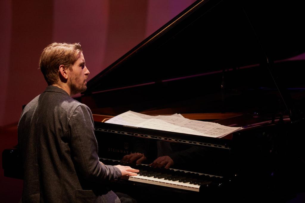 Pablo Held in der Musik am Piano